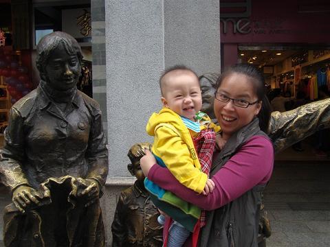 勺子妈妈与小勺子在北京路
